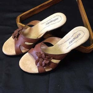 SOFTSPOTS brown leather wedges flower detail